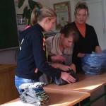 Дев'ятикласники та Надія Богданівна готують посилку в АТО