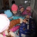 Дівчатка 2 класу діляться цукерками із солдатами