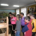 Діти-оглядають-вироби-роблять-записи-на-чернетках