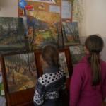 Діти оглядають виставку робіт художників
