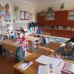Учні 3-4 класів підписують роботи