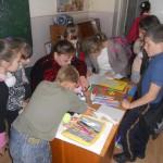 Учні 5 класу та Ваврик Н.В. (учитель образотворчого мистецтва) завершують роботу над листівками