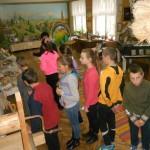 Учні-6-класу-в-кімнаті-музеї-народознавства