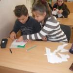 Шестикласники виготовляють листівки солдатам